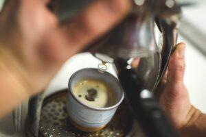 Kaffe brygges i hånddrejet keramik_forbrugertrends